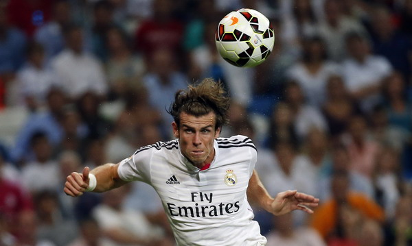 Real Madrid's Gareth Bale heads the ball during their Spanish first division soccer match against Cordoba at Santiago Bernabeu stadium in Madrid August 25, 2014.  REUTERS/Sergio Perez (SPAIN - Tags: SPORT SOCCER TPX IMAGES OF THE DAY)