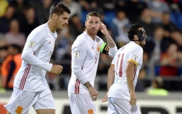 Spain's Sergio Ramos (C) reacts next to his teammates Alvaro Morata (L) and Pedro Rodriguez after scoring a  goal  during the FIFA World Cup 2018 qualification football match between Liechtenstein and Spain on September 5, 2017 in Vaduz. / AFP PHOTO / Michael Buholzer
