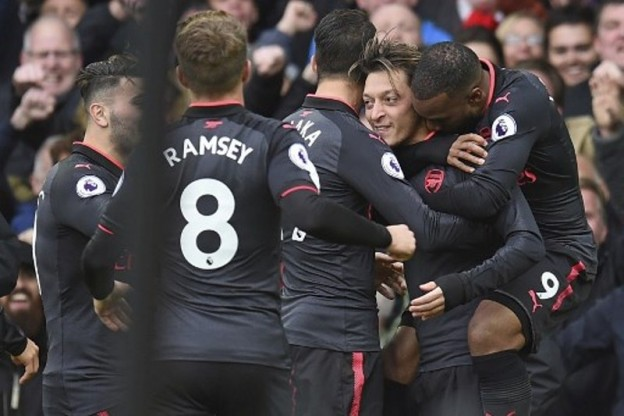 Arsenal's German midfielder Mesut Ozil (2R) celebrates scoring their second goal during the English Premier League football match between Everton and Arsenal at Goodison Park in Liverpool, north west England on October 22, 2017. / AFP PHOTO / Oli SCARFF / RESTRICTED TO EDITORIAL USE. No use with unauthorized audio, video, data, fixture lists, club/league logos or 'live' services. Online in-match use limited to 75 images, no video emulation. No use in betting, games or single club/league/player publications.  /