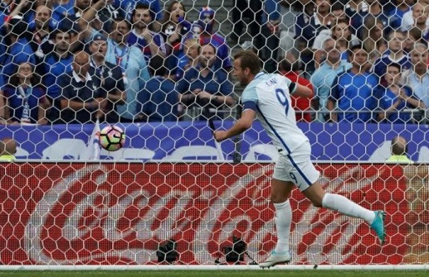 England's forward Harry Kane celebrates after scoring during the international friendly football match between France and England at The Stade de France Stadium in Saint-Denis near Paris on June 13, 2017.                 / AFP PHOTO / Thomas SAMSON