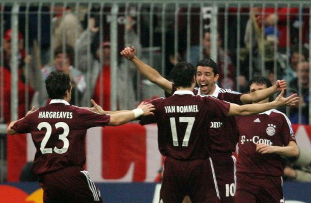 Bayern Munich's Dutch forward Roy Makaay (R) celebrates after scoring during their knockout round second leg Champion's League match at the Allianz Arena in Munich 07 March 2007. AFP PHOTO JOHN MACDOUGALL / AFP PHOTO / JOHN MACDOUGALL