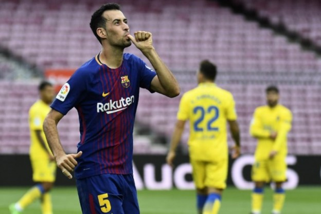 Barcelona's Spanish midfielder Sergio Busquets celebrates after scoring a goal during the Spanish league football match FC Barcelona vs UD Las Palmas played behind closed doors at the Camp Nou stadium in Barcelona on October 1, 2017. / AFP PHOTO / JOSE JORDAN