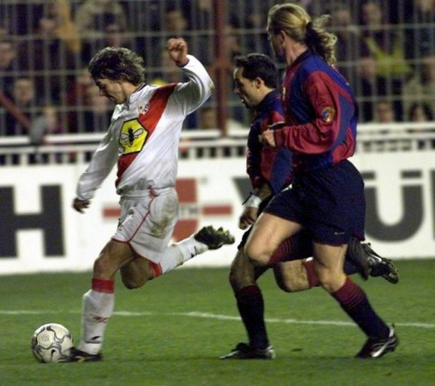 Rayo Vallecano's Bartelt (L) escapes FC Barcelona's Sergi (C) and Emmanuel Petit 16 December 2000, during their Primavera division match in Madrid. AFP PHOTO/MARC ALEX  / AFP PHOTO / MARC ALEX